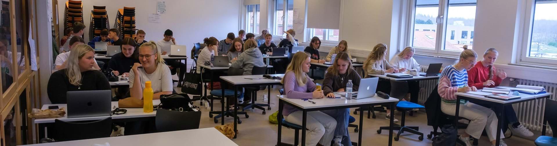 Klasselokale med elever som er i gang med gruppearbejde