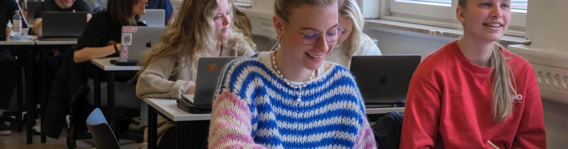 Elever i klasselokalet