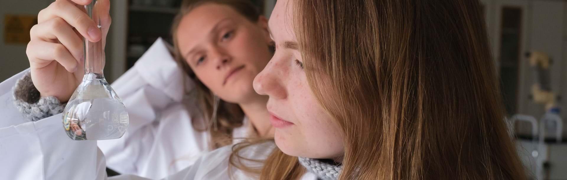 Elever står ved skilt udenfor Nykøbing Katedralskole