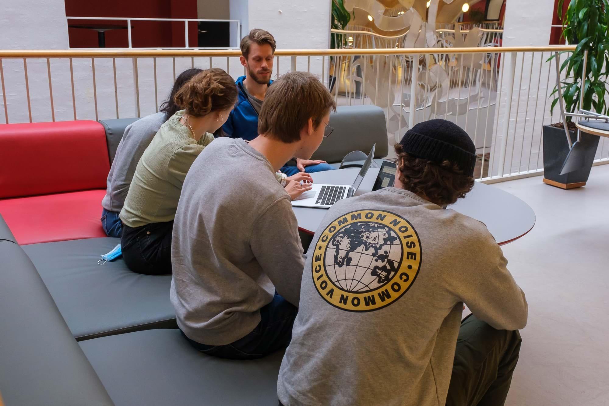 Fem elever set fra ryggen arbejder i fællesarealerne