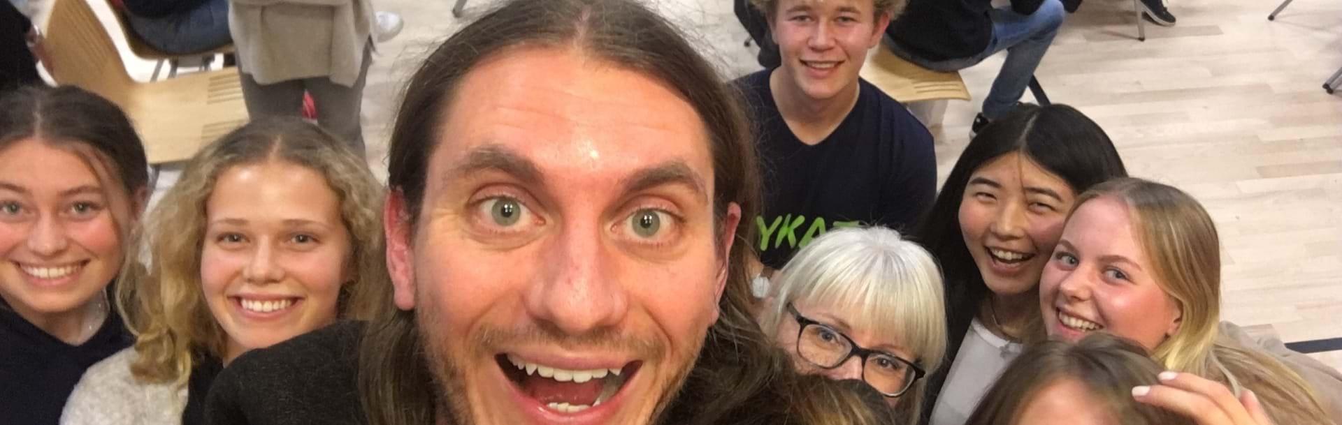 Lærer og elever tager selfie sammen