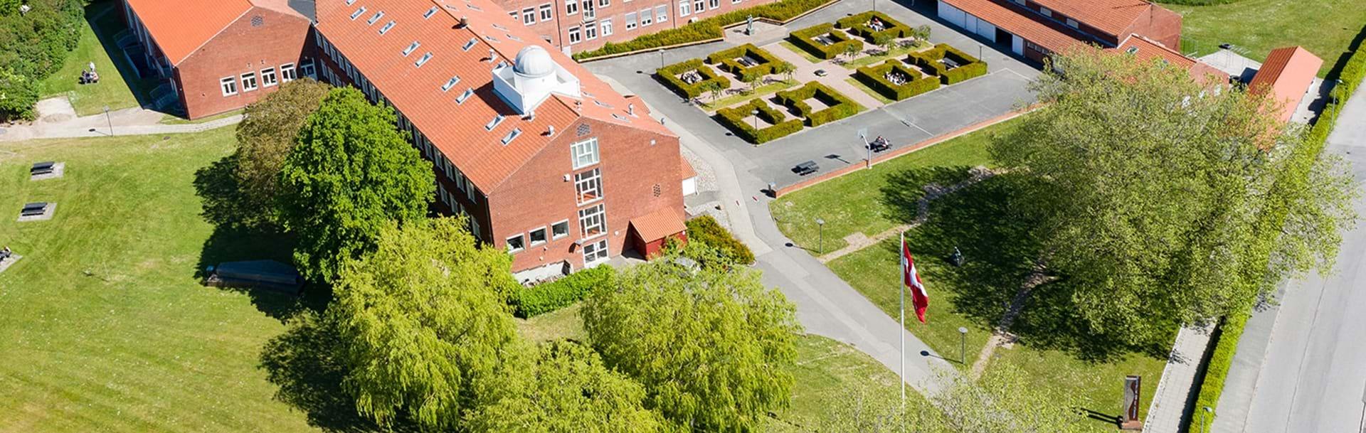 Skolen fotograferet oppe fra med drone