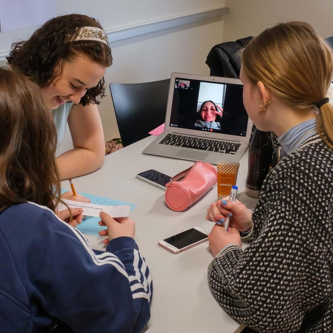 Gruppearbejde med elev som er med virtuelt