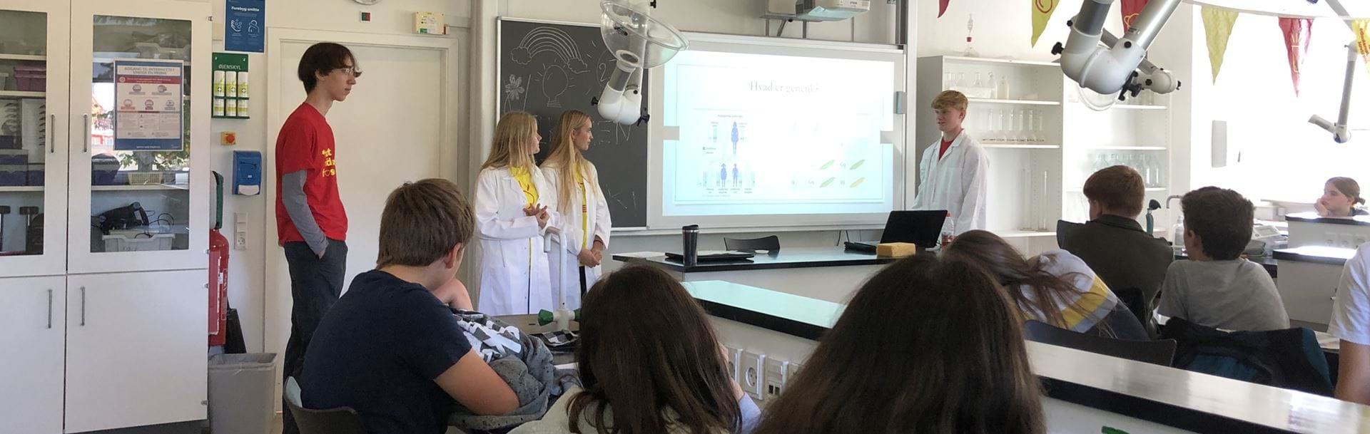 Gymnasieelever underviser yngre elever i genetik
