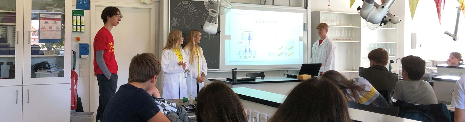 Elever i kemilokalet