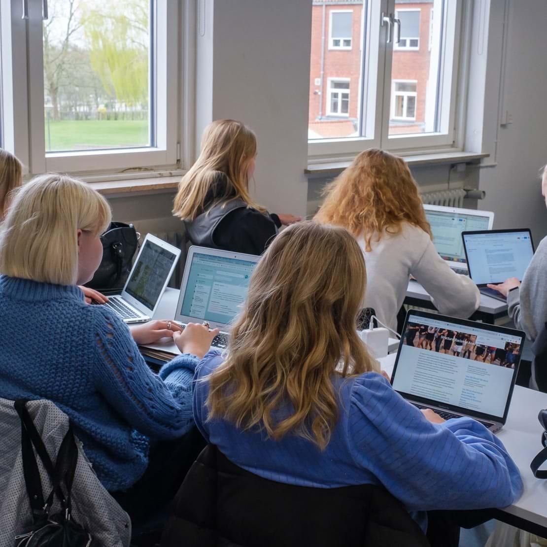 Elever laver samfundsfag på deres bærbare computere