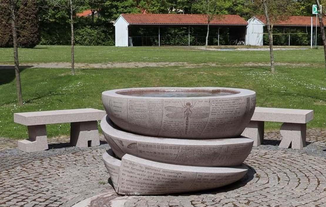 Vandkunst på græsplænen udenfor Nykøbing Katedralskole