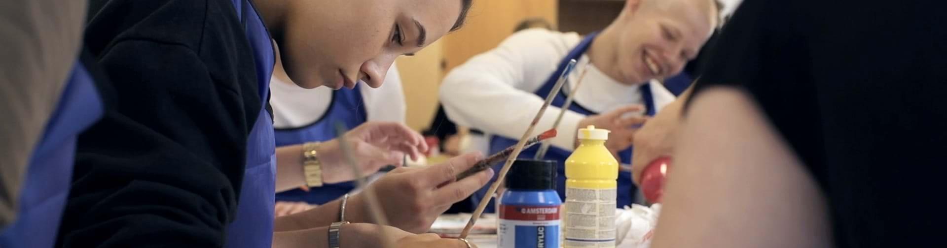 Elev som er i gang med at male
