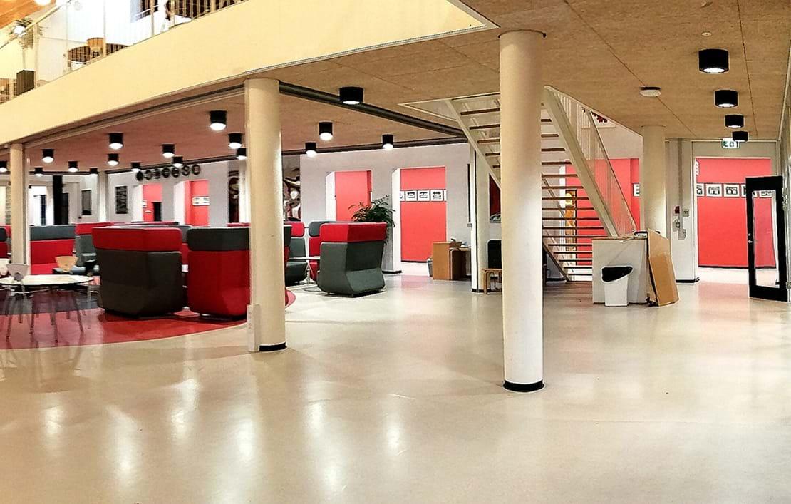 Tomme fællesarealer med røde vægge og røde og grå møbler