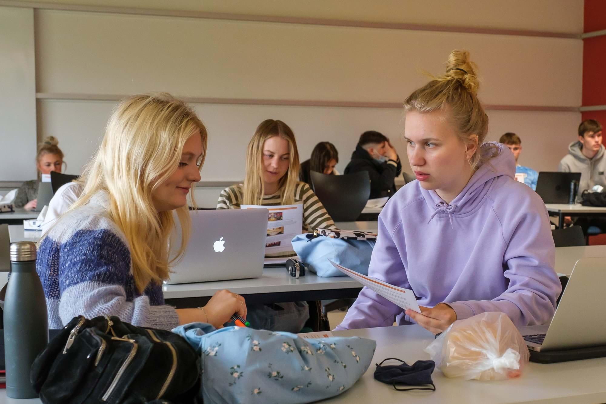 To piger laver gruppearbejde