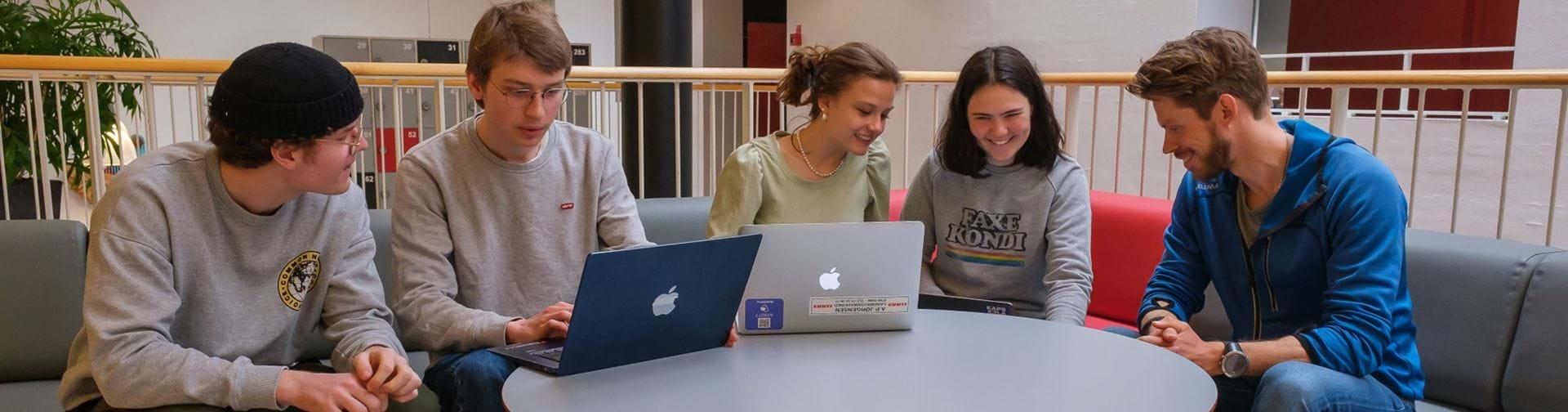 Elever som laver gruppearbejde