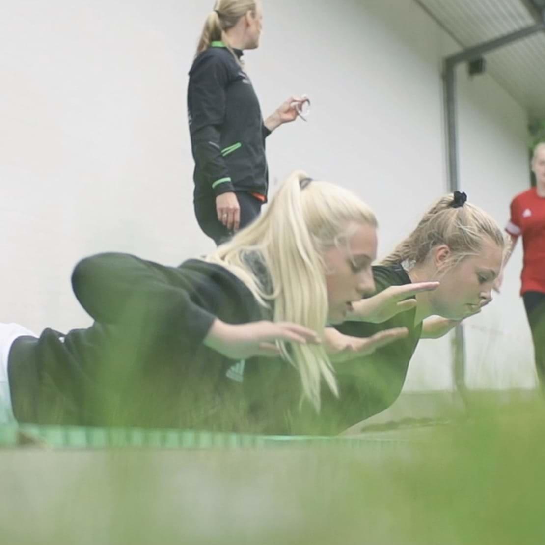 Lærer tager tid på elever, der træner udendørs