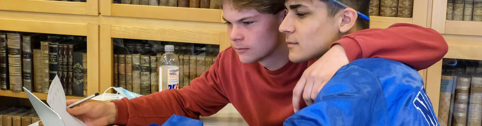 Studiekammerater i gang med en opgave