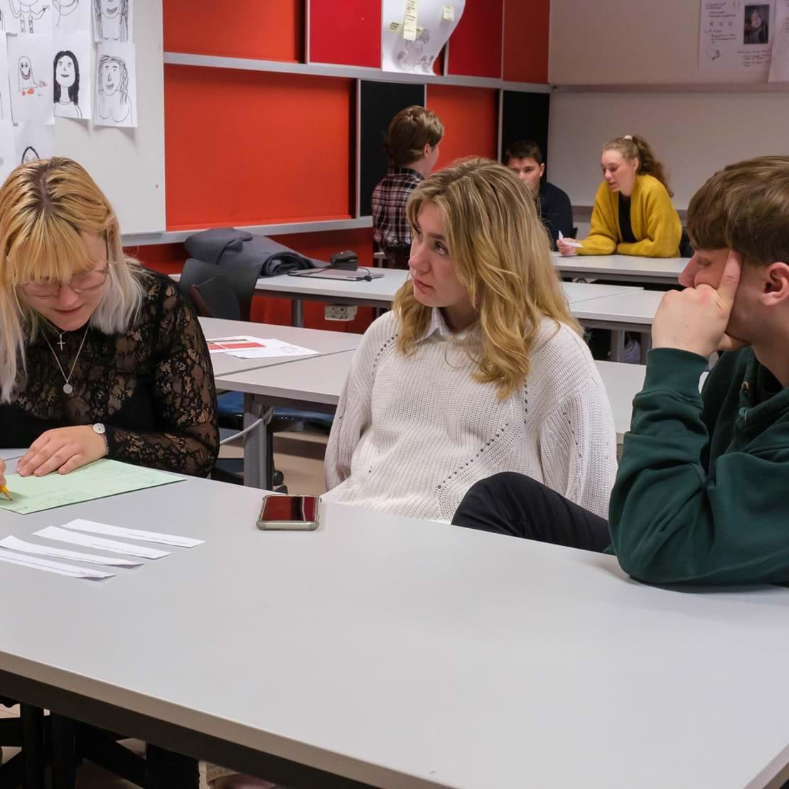 Tre elever laver gruppearbejde