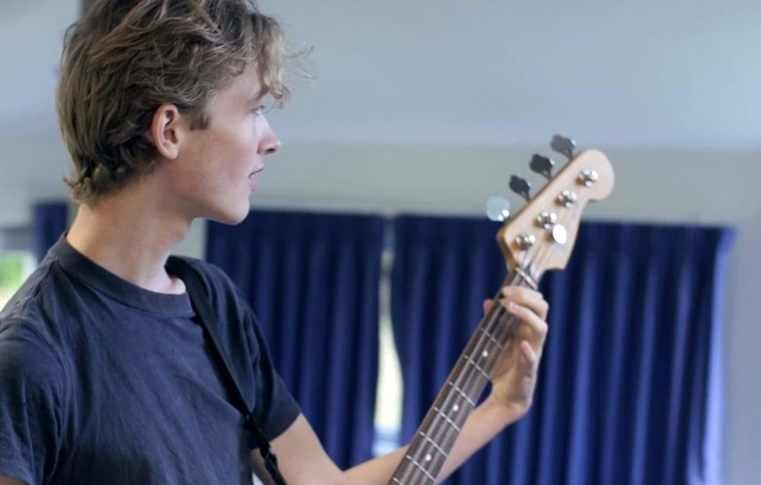 Elev som spiller guitar
