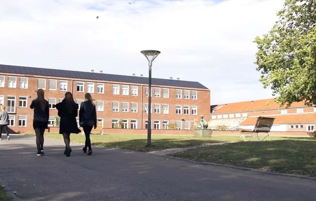 Elever på vej ind på skolen