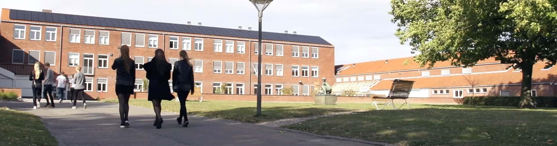 Elever på vej ind på Nykøbing Katedralskole