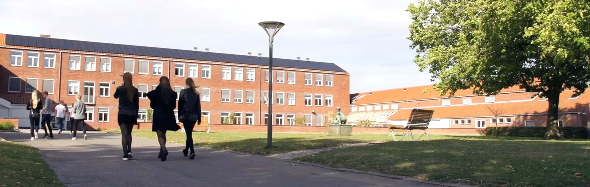 Tre elever på vej ind på skolen