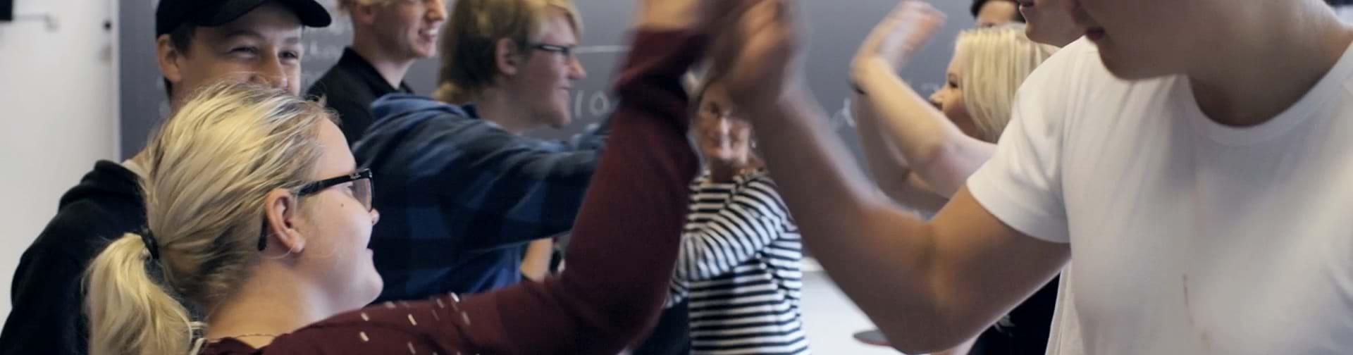 Elever som giver high-fives